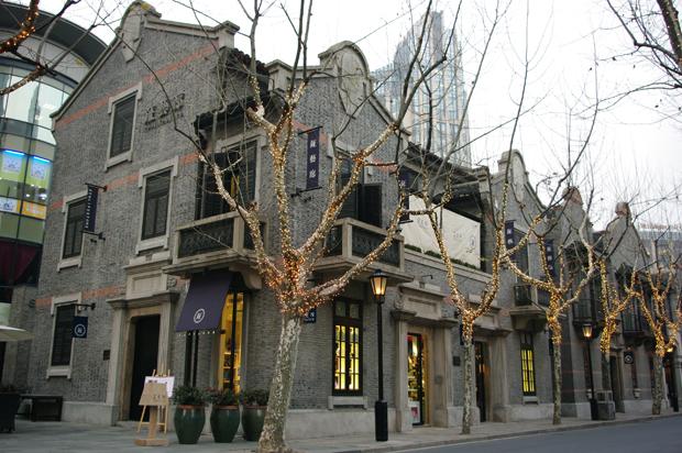 著名的上海新天地,是在独具上海特色的石库门建筑群
